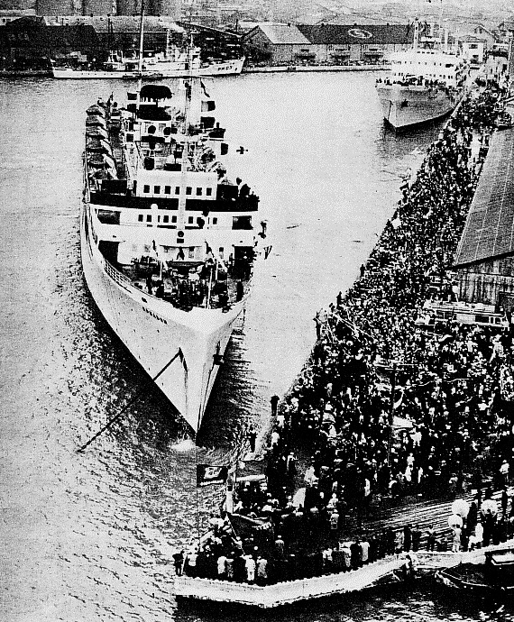 A repatriation boat leaving the Niigata pier in the 1960s.